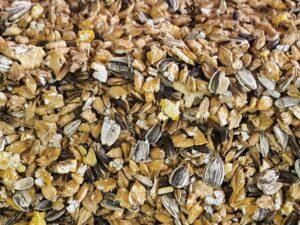 Fri for pesticider, uden GMO, uden palmeolie og helt uden tilsætningsstoffer. Et foder baseret på valset korn og frø fra markerne her i Danmark !